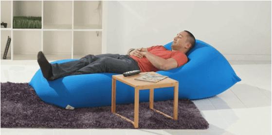 ヨギボーで寝る男性