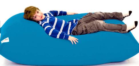 ヨギボーミディに寝転ぶ男の子
