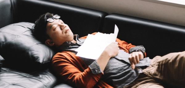 ソファで寝転がる男性
